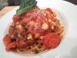 ベーコンとバジル、モッツァレラのトマトソースパスタ